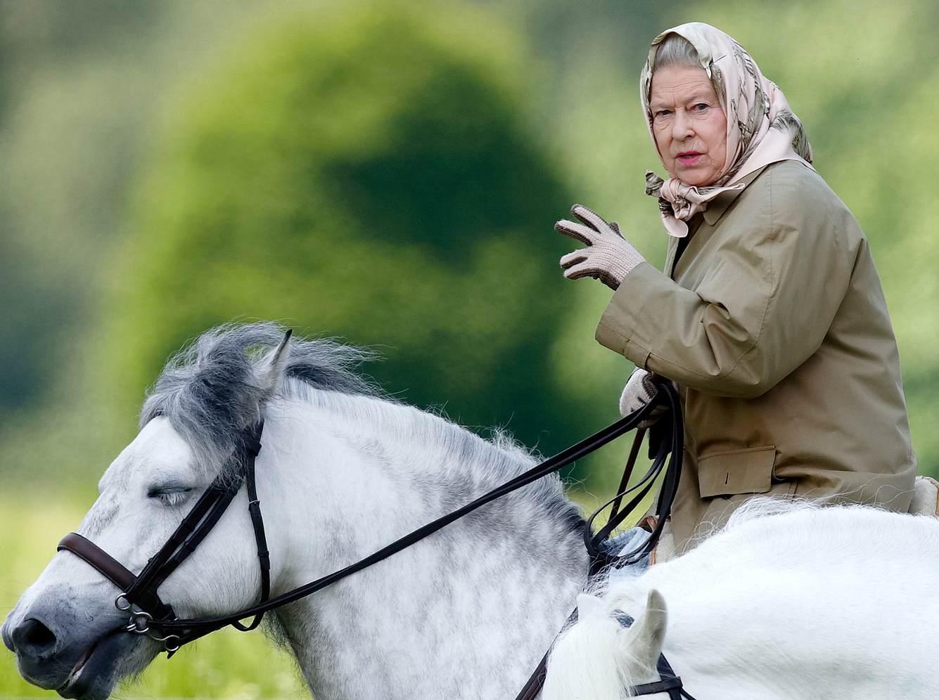 Königin Elizabeth II. hoch zu Ross am 2. Juni 2006