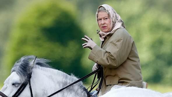 Königin Elizabeth II. hoch zu Ross am 2. Juni 2006 - Foto:  Max Mumby/Indigo/Getty Images