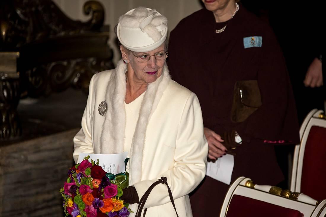 Königin Margrethe mit Blumenstrauß