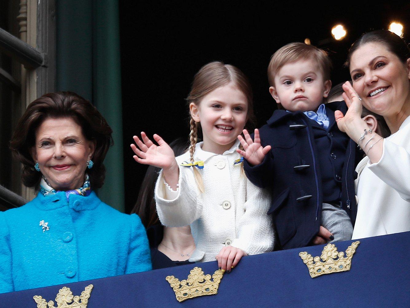 Königin Silvia mit ihrer Tochter Prinzessin Victoria und den Kindern der Kronprinzessin.