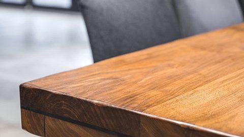Wenn Sie Kratzer an ihren Holzmöbeln entdecken, können Sie diese schnell wieder entfernen. - Foto: poplasen / iStock