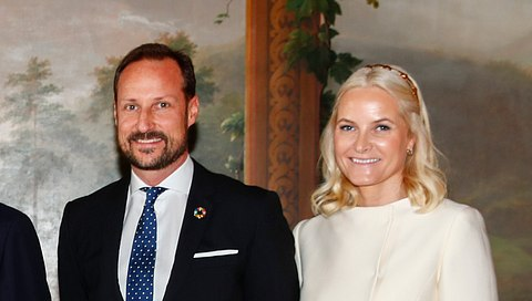 Kronprinz Haakon und Prinzessin Mette-Marit mit dem Königspaar. - Foto: TERJE PEDERSEN/Getty Images