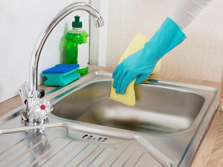 Spüle reinigen mit Hausmitteln: Tipps und Tricks