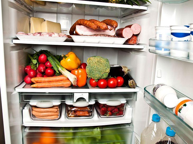 Der Kühlschrank stinkt? 4 Hausmittel gegen unangenehme Gerüche