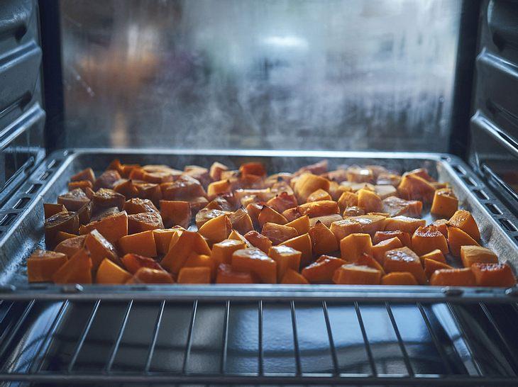 Die Zubereitung von Kürbis im Ofen gelingt schnell und einfach.