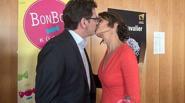 Hilli und Cornelius küssen sich - Foto: ARD / Nicole Manthey