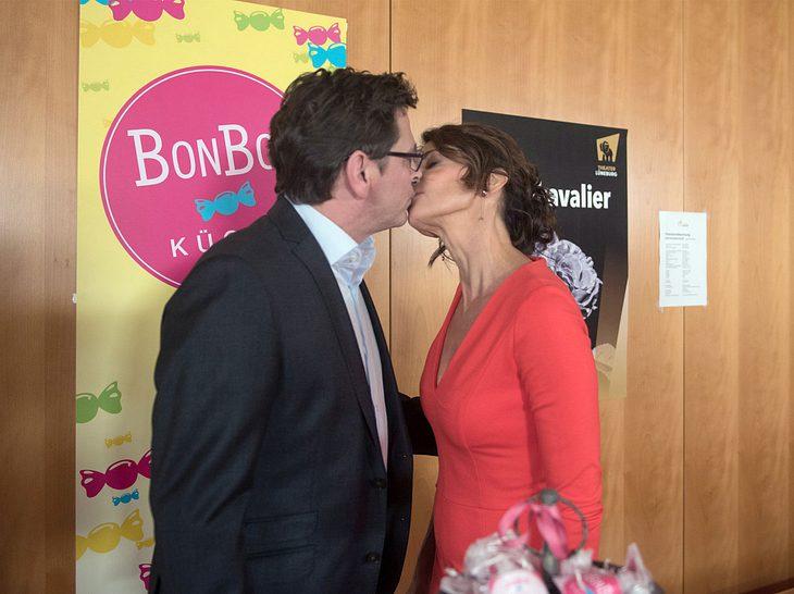 Hilli und Cornelius küssen sich
