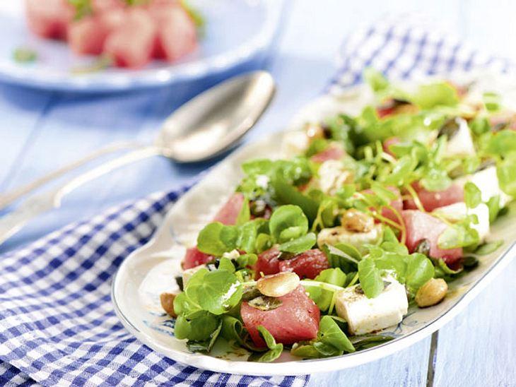 Leicht und lecker: Kräutersalat mit Feta und Wassermelone
