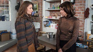 Leonie erzählt Hilli, dass sie schwanger ist.  - Foto: ARD / Nicole Manthey