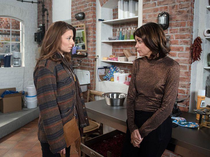 Leonie erzählt Hilli, dass sie schwanger ist.