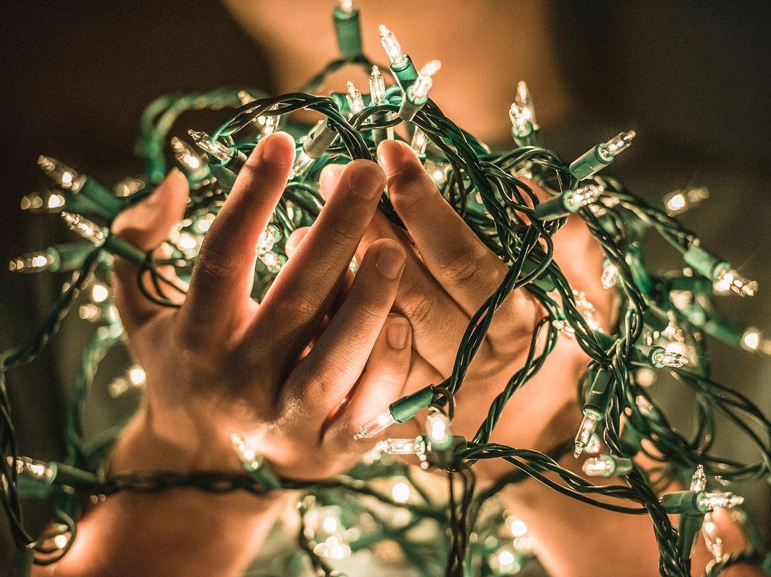 Es gibt verschiedene Möglichkeiten, eine Lichterkette am Weihnachtsbaum anzubringen.