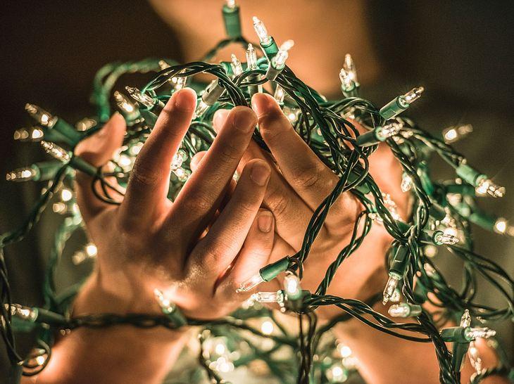 Lichterkette am weihnachtsbaum so bringen sie sie noch besser an - Weihnachtsbaum lichterkette ohne kabel ...