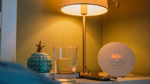 Ein Lichtwecker steht in einem Schlafzimmer auf dem Nachttisch. - Foto: iStock/ knape