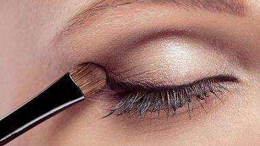 Darauf sollten Sie beim Schminken Ihrer Augen mit Lidschatten achten. - Foto: Erstudiostok / iStock