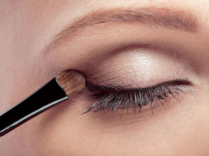 Darauf sollten Sie beim Schminken Ihrer Augen mit Lidschatten achten.