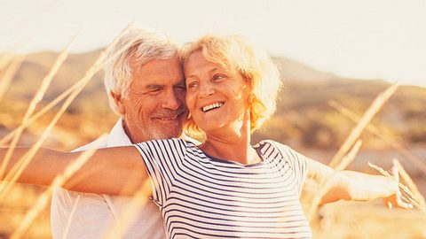 Je länger eine Beziehung andauert, desto wichtiger ist es, sich immer wieder für die Liebe und damit den Partner zu entscheiden. - Foto: AleksandarNakic / iStock