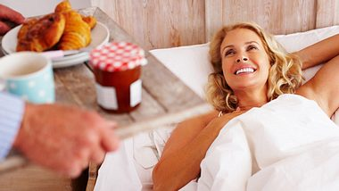 Getrennte Betten: Wann es der Beziehung hilft, allein zu schlafen - Foto: Squaredpixels / iStock