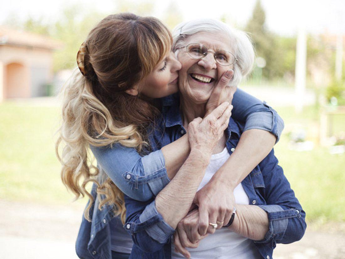 Pflegt Ihre Mutter einen engen Kontakt zu Familie und Freunden, kann sie besonders alt werden.