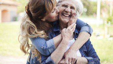 Pflegt Ihre Mutter einen engen Kontakt zu Familie und Freunden, kann sie besonders alt werden. - Foto: M_a_y_a / iStock