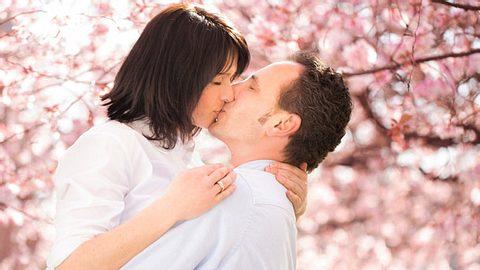 Küssen macht nicht nur Spaß, sondern ist auch gut für die Beziehung. - Foto: wundervisuals / iStock