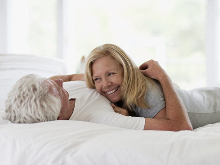 wie man eine ältere Frau im Bett bekommt