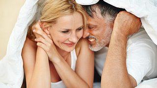 Mit einigen Tricks ist besserer Sex auch nach vielen Jahren Beziehung kein Problem. - Foto: kupicoo / iStock