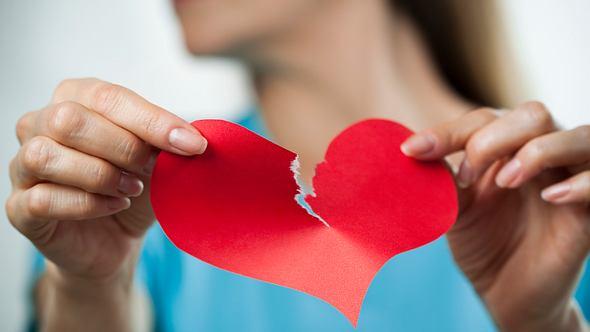 Liebeskummer ist auch im Alter schmerzhaft. - Foto: MarsBars / iStock