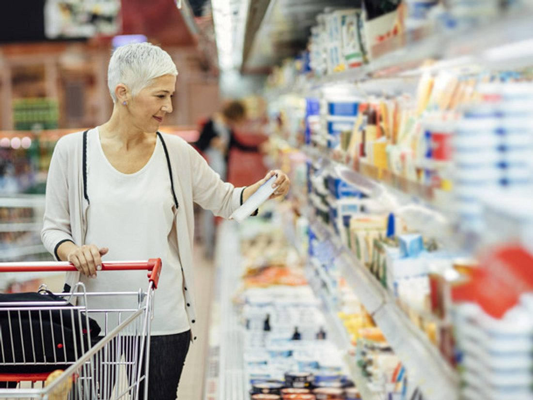 Lightprodukte, Vergleich, Frau im Supermarkt