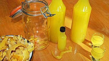 Selbstgemachter Limoncello aus Zitronenschalen auf einem Tisch.  - Foto: iStock / Sloot