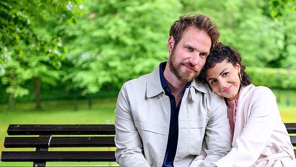 Leonard (Christian Feist) und Pauline (Liza Tzschirner) bei Sturm der Liebe. - Foto: ARD/Christof Arnold