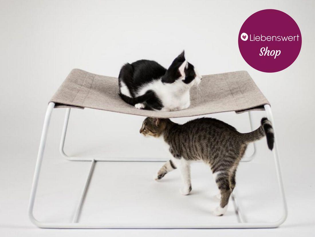 Katzenbett mit zwei Katzen