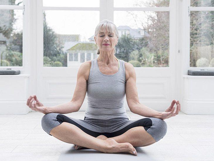 Yoga, genauer gesagt Hormonyoga, kann Beschwerden der Wechseljahre lindern und Lustlosigkeit entgegenwirken.
