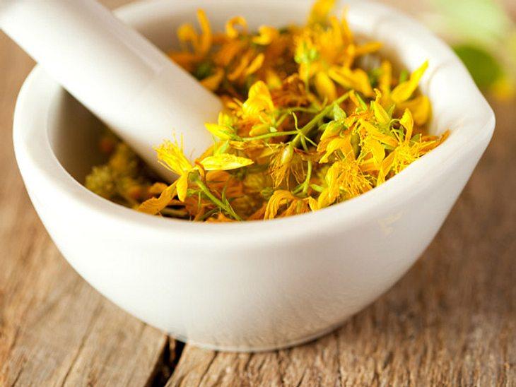 Bei Lustlosigkeit in den Wechseljahren können Präparate mit Johanniskraut-Extrakt können Ihre Stimmung anheben.