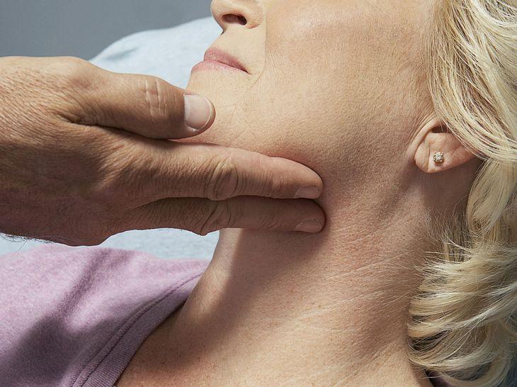 Angeschwollene Lymphknoten: Warum sie entstehen und was Sie tun