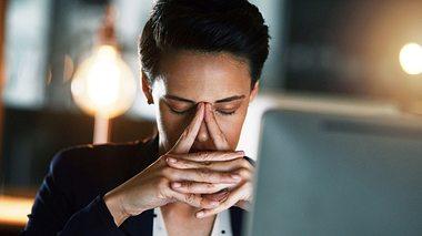 Nachtschichten wirken sich negativ auf unsere Gesundheit aus. - Foto: PeopleImages / iStock