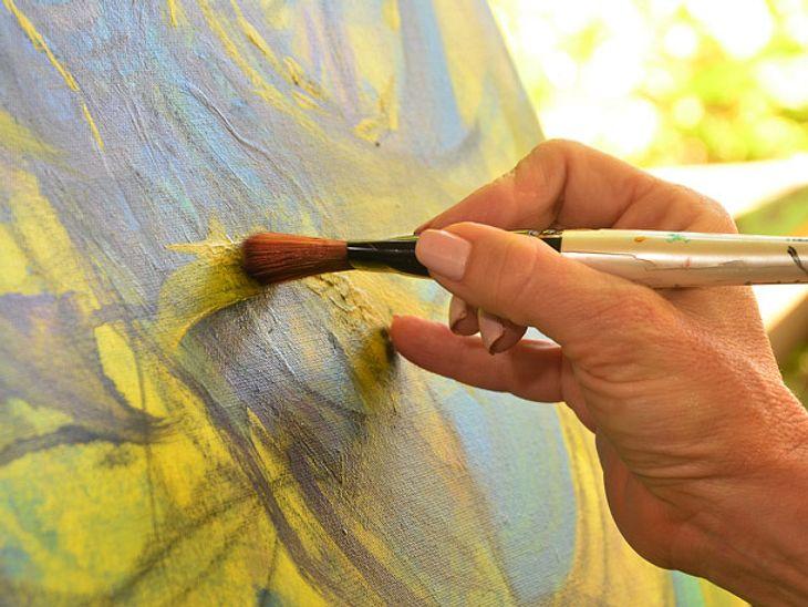 Bettlägerige Großmutter malt wunderschöne Bilder.