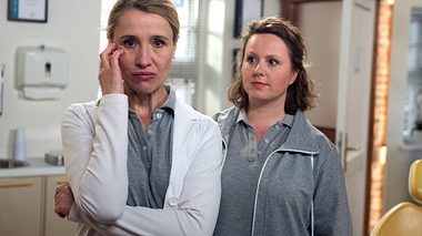 Margret erzählt Agnes, dass Elisabeth ihre große Liebe war.  - Foto: ARD / Nicole Manthey