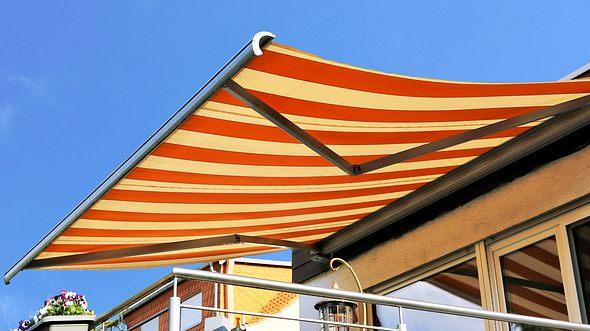 Markise reinigen: So strahlt Ihr Sonnenschutz wieder wie neu