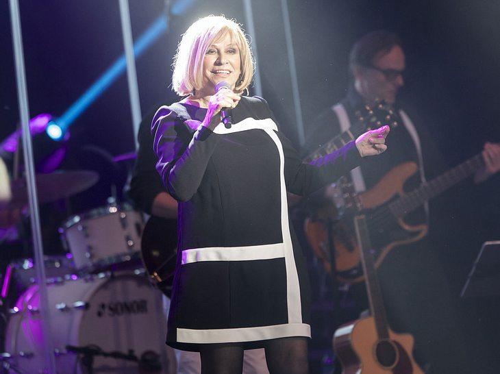 Mary Roos bei einem Konzert auf der Bühne.