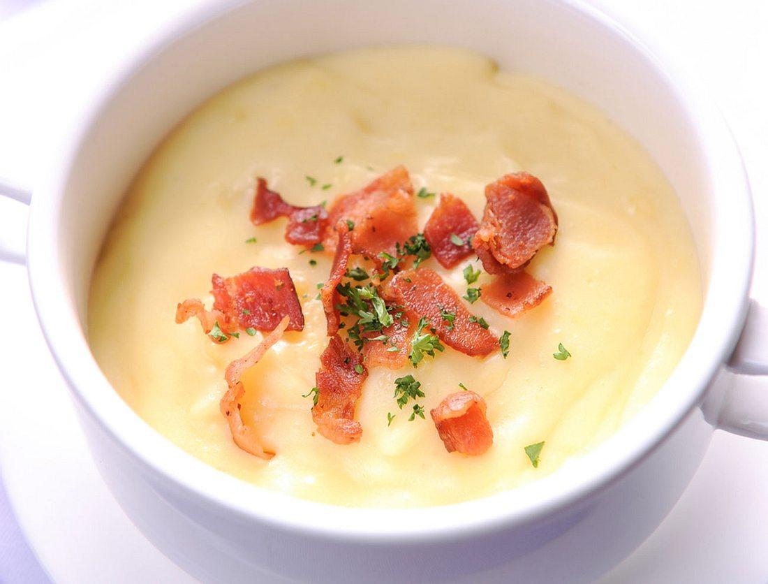 Cremige Meerrettich-Suppe mit Speck.