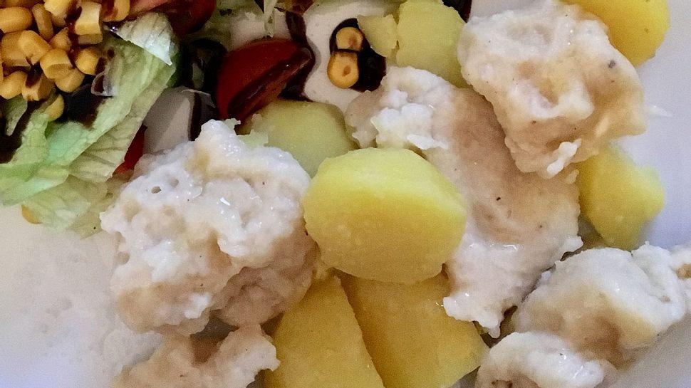 Mehlknepp mit Kartoffeln und Salat. - Foto: Liebenswert