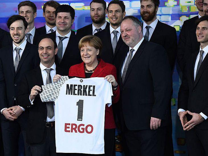 Die Handball-Europameister parodieren Angela Merkel.
