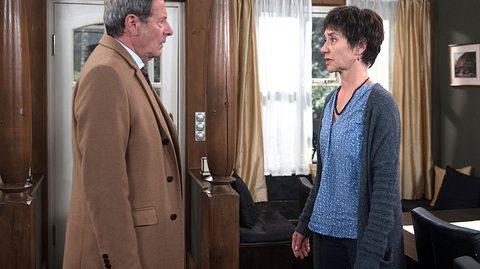 Merle erzählt Gunter von ihrer vorzeitigen Abreise - Foto: ARD / Nicole Manthey