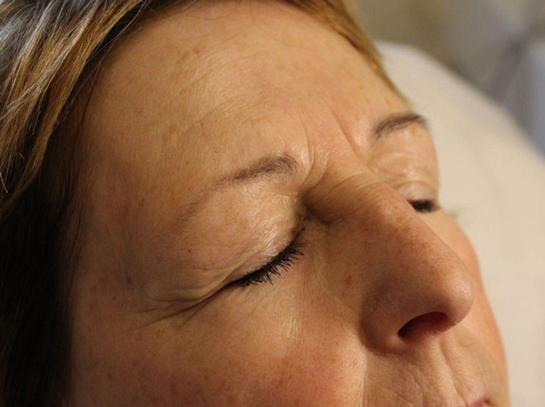 Vor dem Microblading hat Frau Starke die Brauen mit einer Mascara geschminkt.