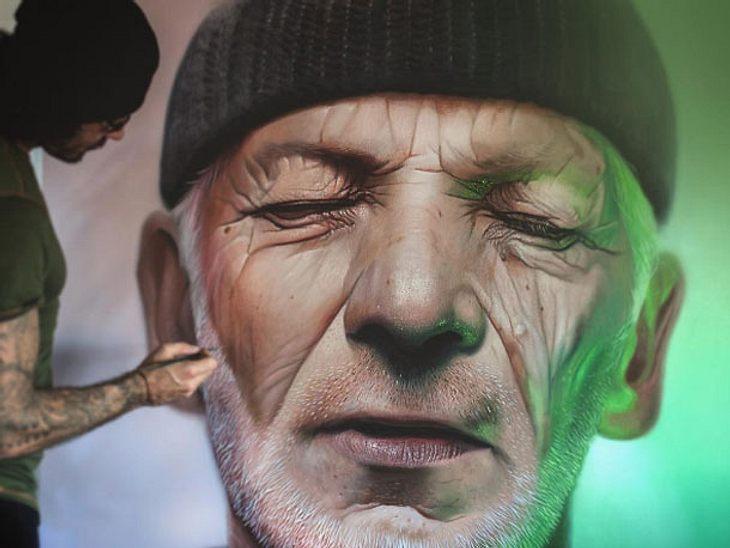 Mike Dargas bei Arbeiten an einem seiner Gemälde.