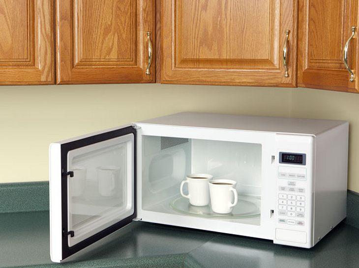 In einer Mikrowelle lassen sich nicht nur Mahlzeiten zubereiten und Kaffee erwärmen.