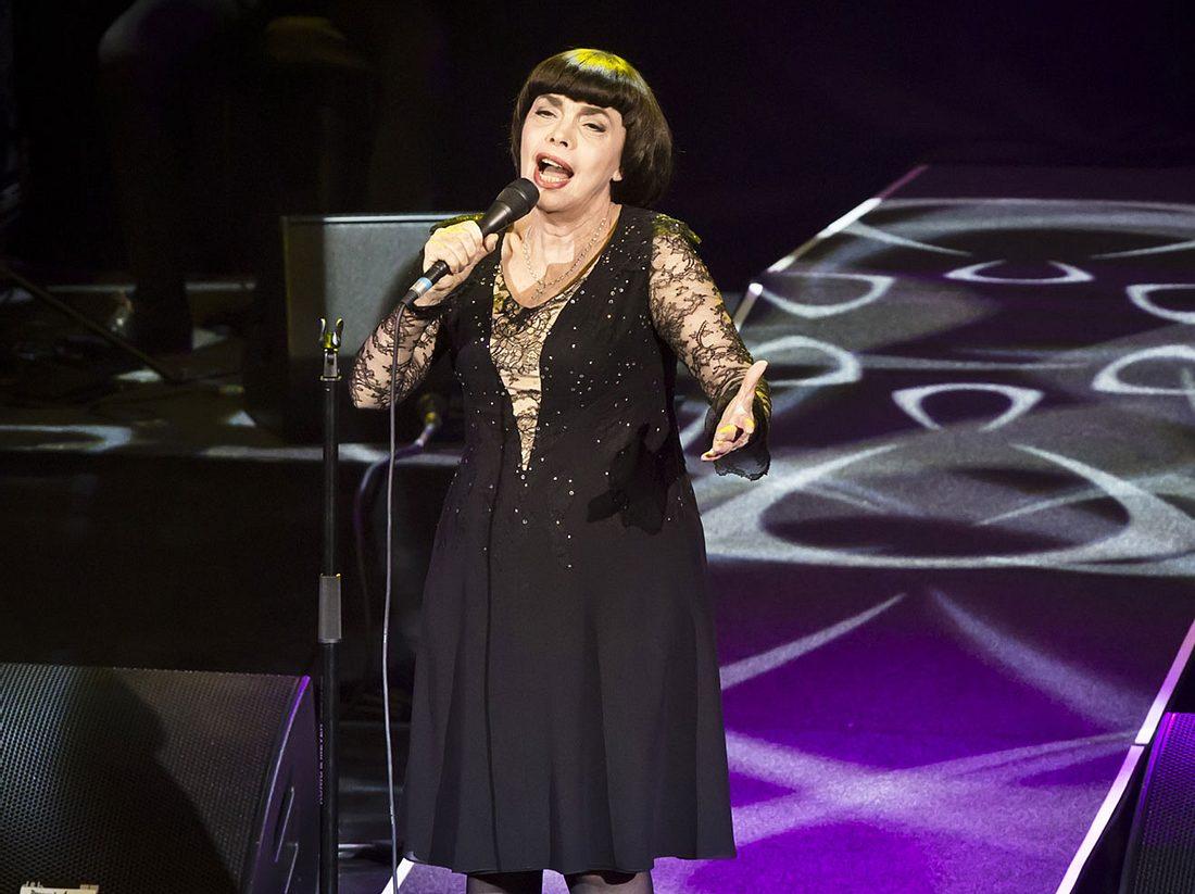 Sängerin Mireille Mathieu scheint sich seitdem kaum verändert zu haben.