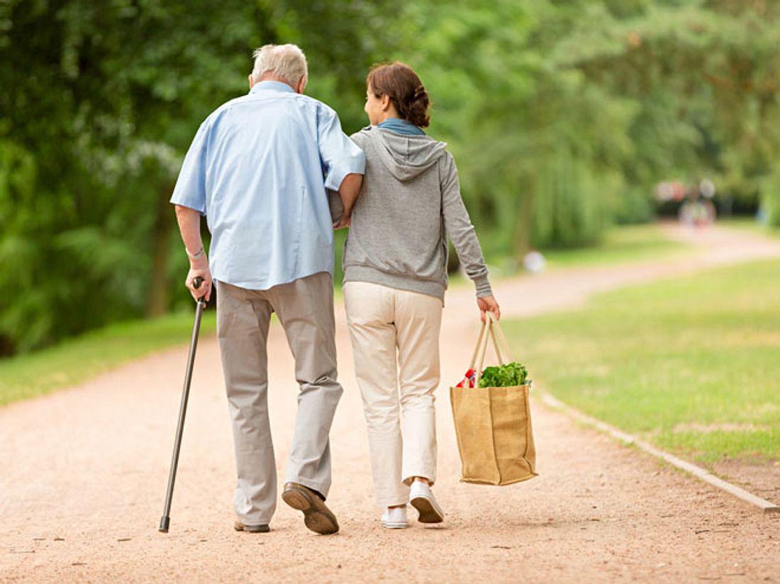 Wie spreche ich am besten mit meinen Eltern über eine Pflegekraft?