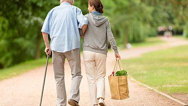 Wie spreche ich am besten mit meinen Eltern über eine Pflegekraft? - Foto: FredFroese / iStock