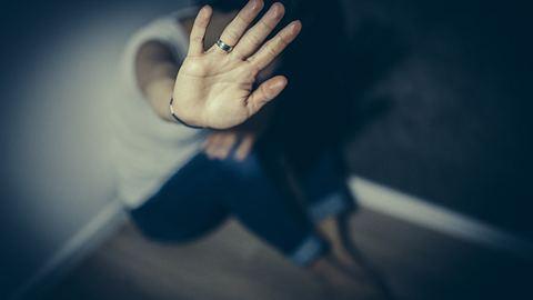 7 Strategien, wie man mit einem Soziopathen umgeht - Foto: South_agency / iStock